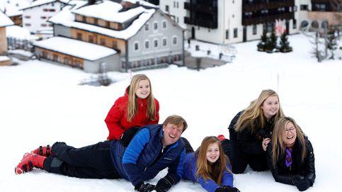 Los reyes de Holanda y sus hijas, todo sonrisas en la nieve