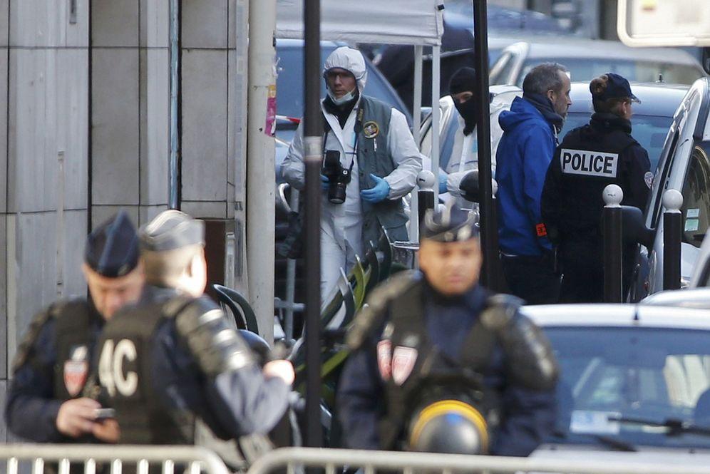 Foto: Agentes franceses, a las puertas de una comisaría en el distrito 18 de París, el 7 de enero de 2016. (Reuters)