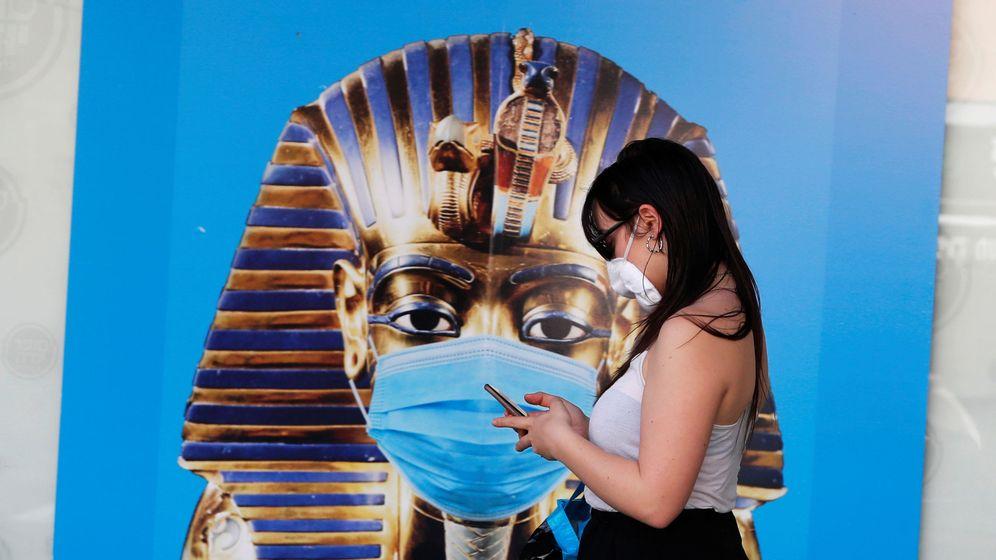 Foto: Una mujer con mascarilla en Tel Aviv. (Reuters)