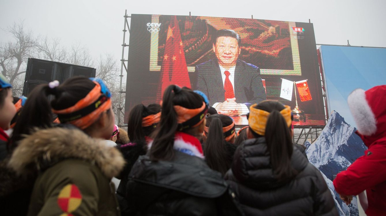 Foto: Un grupo de niños escucha un mensaje del presidente Xi Jinping durante una ceremonia olímpica en la Gran Muralla de Pekín, el 27 de febrero de 2018. (Reuters)