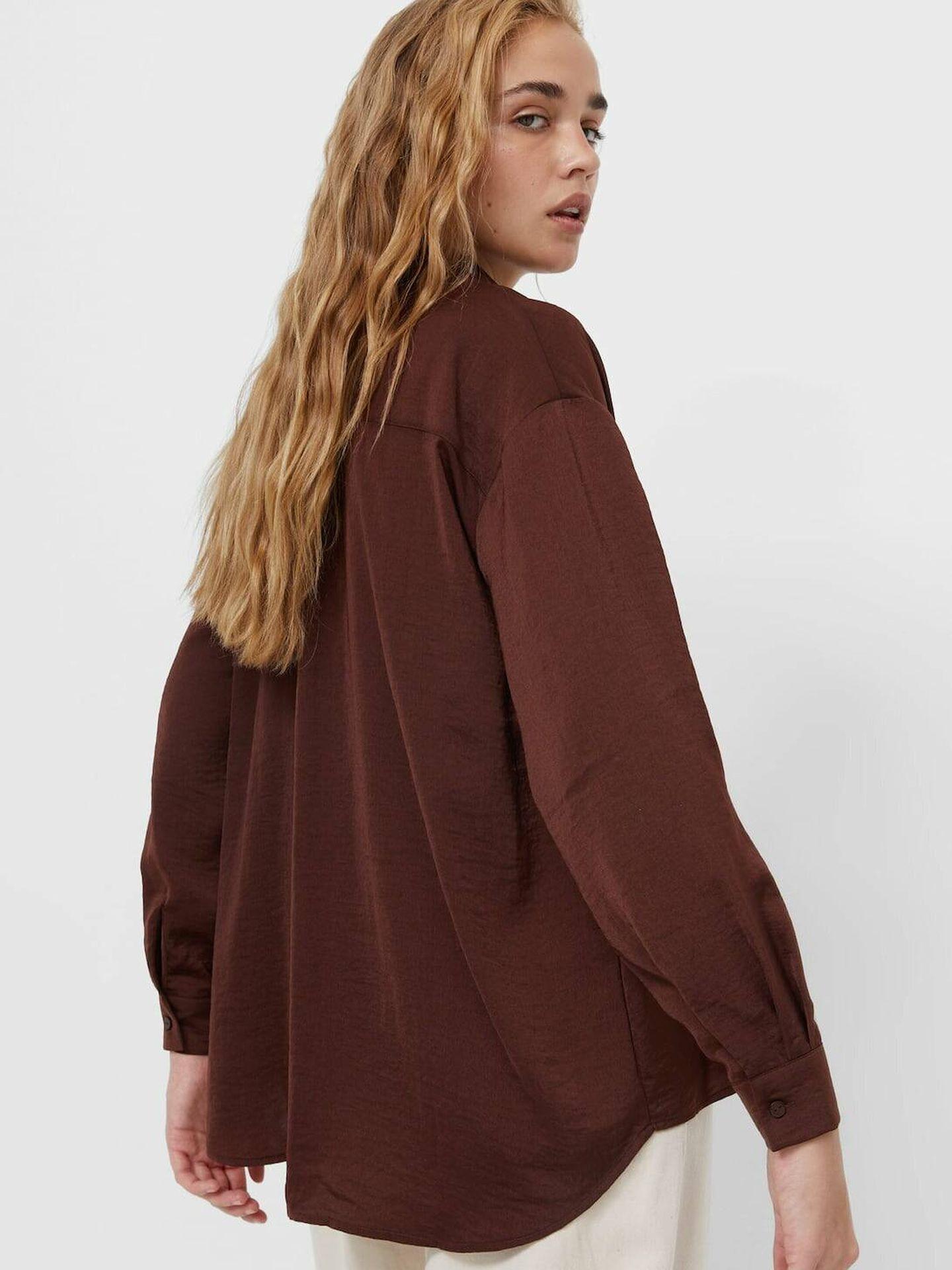 Camisa marrón de Stradivarius. (Cortesía)