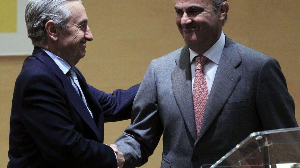 Foto: José Marín Quemada, presidente de la CNMC, saluda al ministro de Economía en funciones, Luis de Guindos. (EFE)