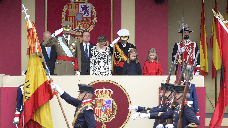 Los Reyes y sus hijas, Leonor y Sofía, en el desfile del 12 de octubre de 2016. (Getty)