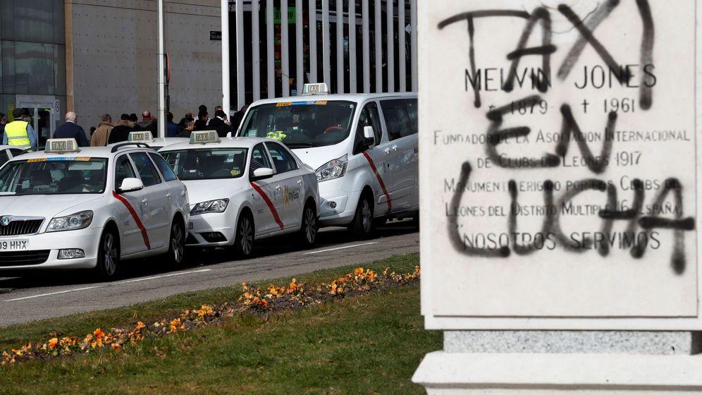 Foto: Pintada de unos taxistas cerca de Ifema. (EFE)