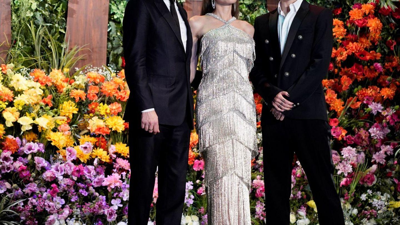 Angelina Jolie, al lado de sus compañeros de reparto Sam Riley y Miyavi. (EFE)