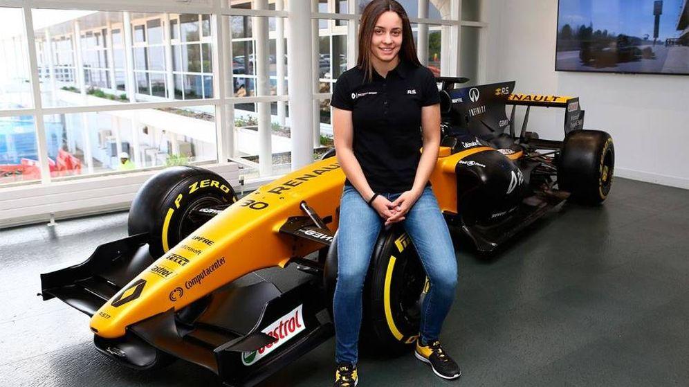 Foto: Marta García posando junto a un monoplaza de Renault, su antiguo equipo. (Foto de Renault Sport)