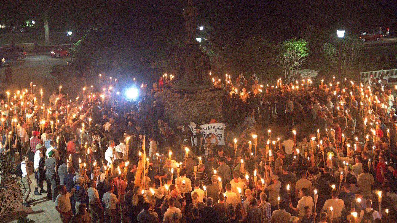 Cientos de radicales de ultraderecha se concentran alrededor de la estatua de Thomas Jefferson. (Reuters)