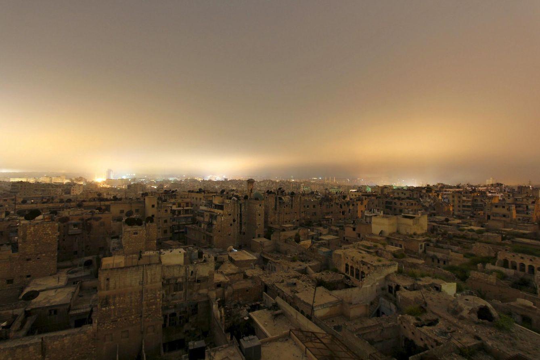 Foto: Vista general de edificios dañados en la ciudad siria de Alepo, el 11 de abril de 2015 (Reuters).