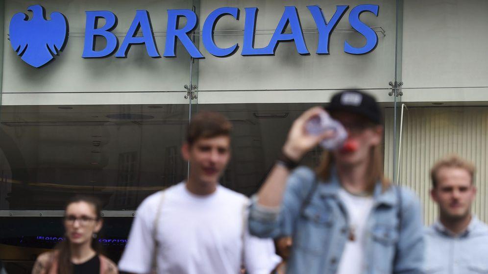 Foto: Jovenes ante una sucursal bancaria. (EFE)
