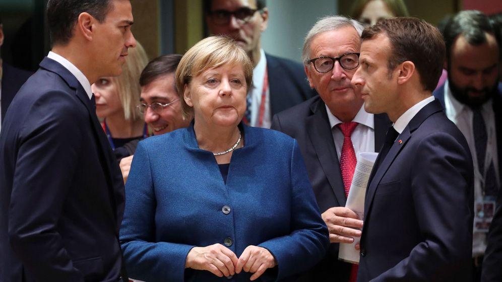 Foto: De izq. a dcha., el presidente del Gobierno español, Pedro Sánchez, la canciller alemana, Angela Merkel, y el presidente francés, Emmanuel Macron (Efe)