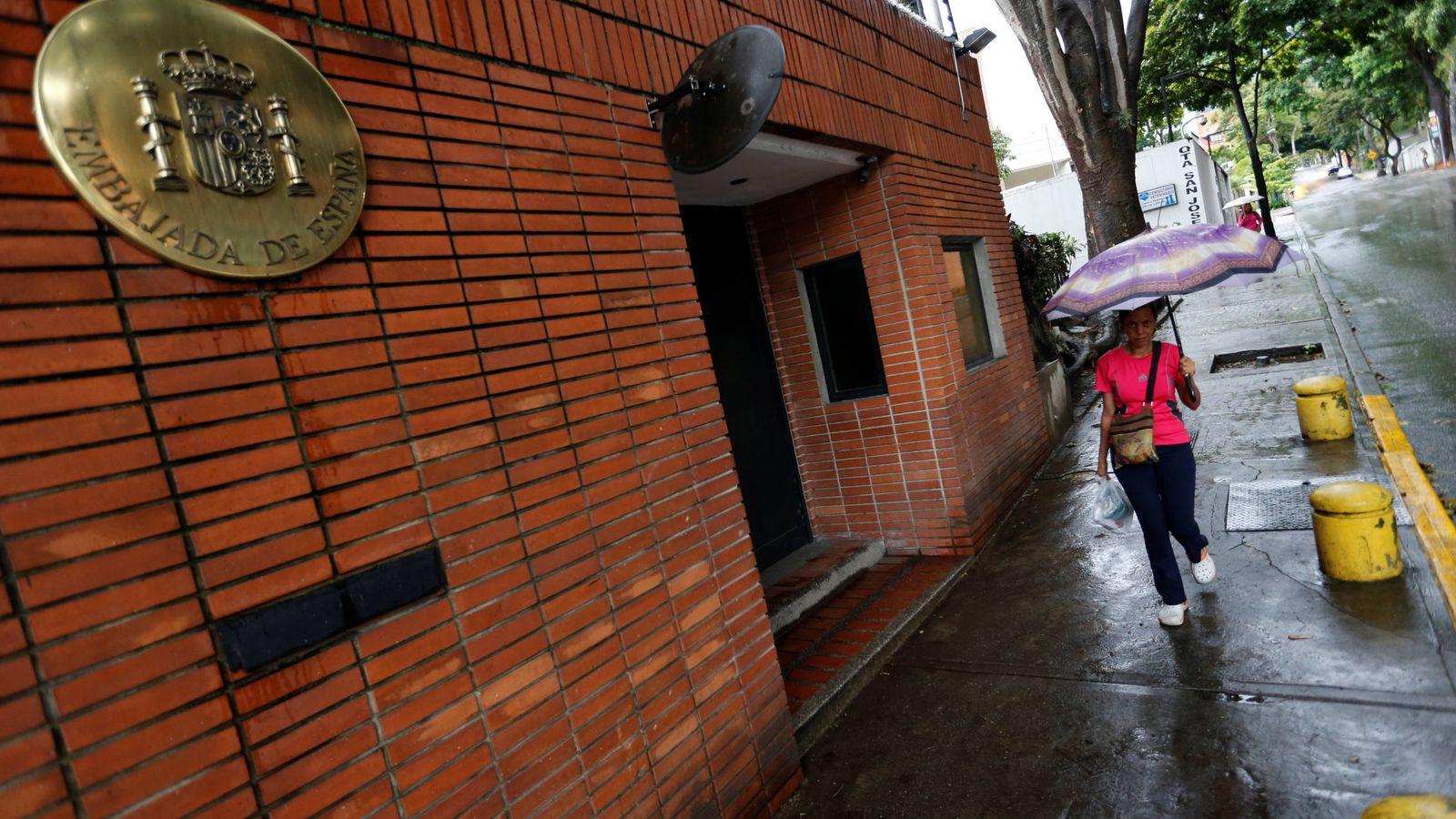 Foto: Una mujer pasa ante la embajada de España en Venezuela, en Caracas. (Reuters)