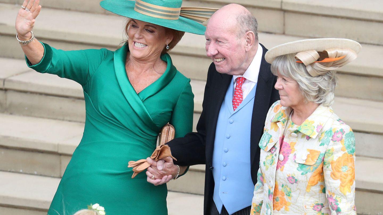 Sarah Ferguson con Nicola y George Brooksbank el día de la boda de la princesa Eugenia de York y Jack Brooksbank. (Reuters)