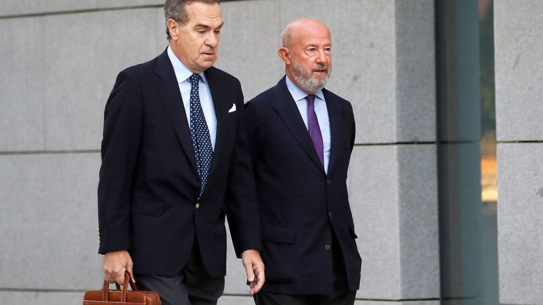 Emilio Saracho, a la derecha, llega al tribunal junto a su abogado. (EFE)