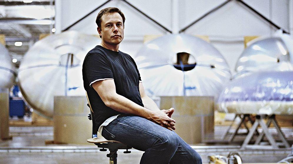 Foto: Elon Musken la sede de Space X, otra de sus empresas