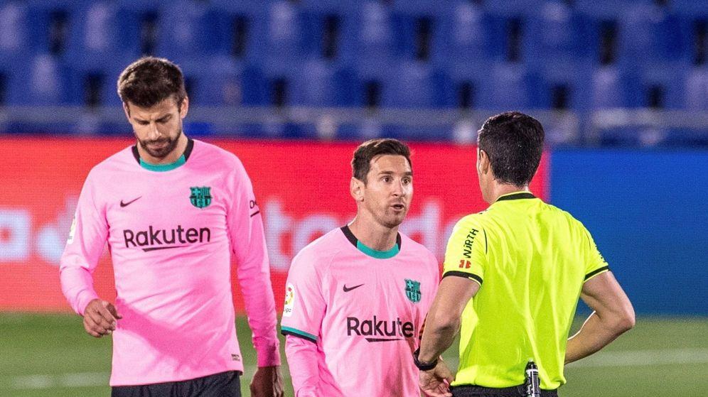 Foto: Messi conversa con el árbitro en presencia de Piqué. (Efe)