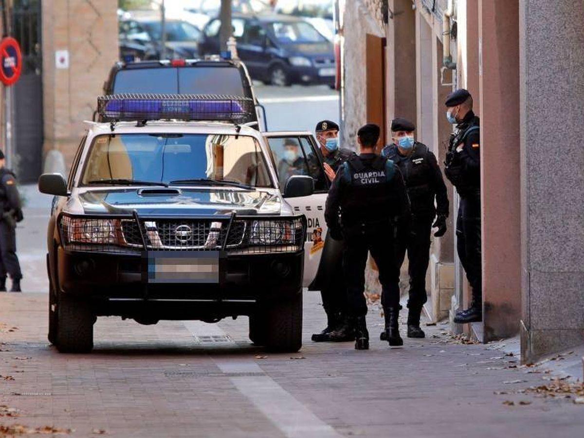 Foto: Agentes de la Guardia Civil, durante el registro de la casa de Oriol Soler. (EFE)