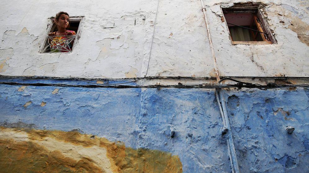 Foto: Una joven se asoma a una ventana en la medina de Rabat, en 2014. (Reuters)