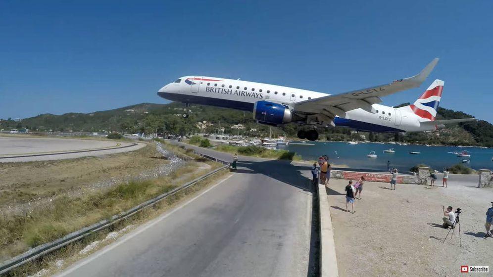 Foto: El avión de British Airways pasó a pocos metros de los turistas. (YouTube/Cargospotter)