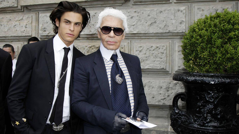 Karl Lagerfeld y Baptiste Giabiconi. (Getty)