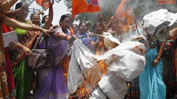 Foto: Manifestación contra la violación de dos menores en la India, que posteriormente fueron ahorcadas de un árbol. (Reuters)
