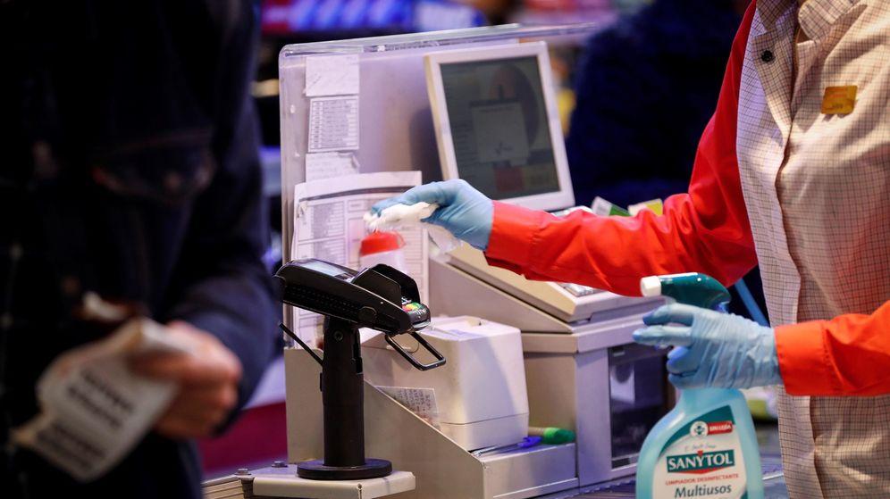 Foto: Cajera desifectando el datáfono en un supermercado de San Sebastián. (EFE)