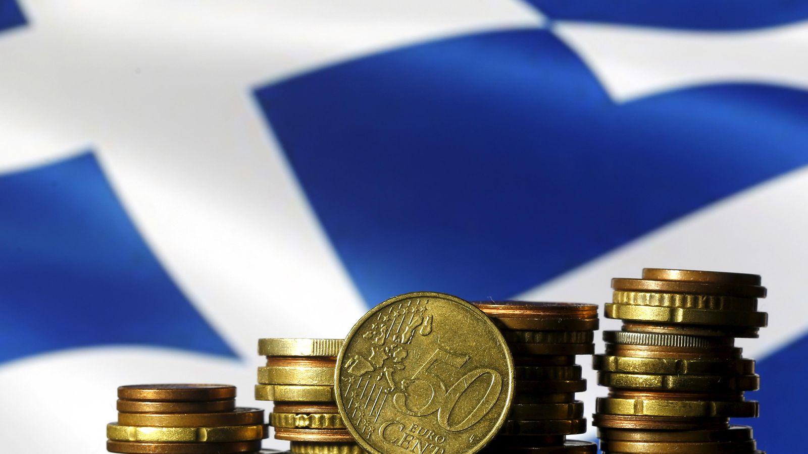 Foto: Fotos de euros frente a una bandera griega (Reuters)