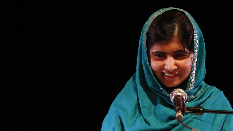 Malala Yusufzai da un discurso tras recibir el premio RAW (Reach All Women) en Londres (Reuters).