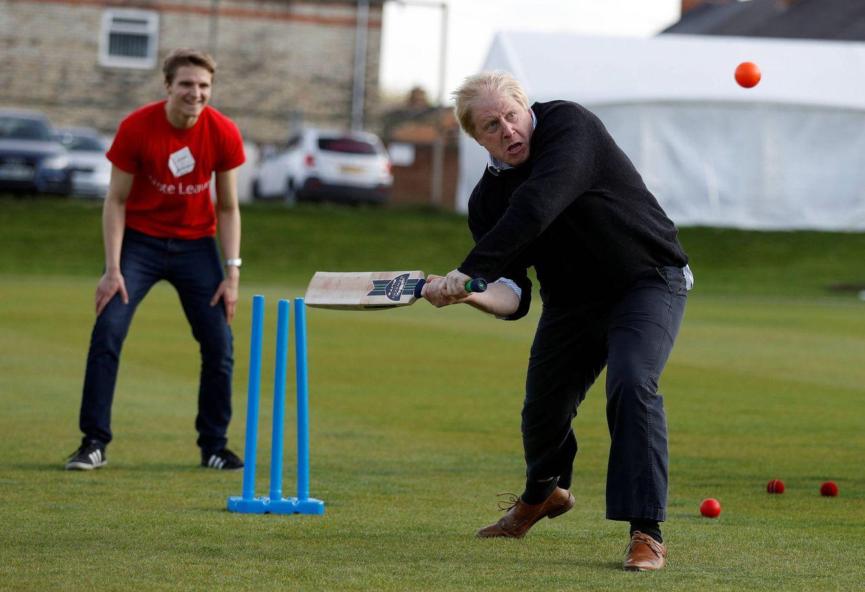 Foto: El exalcalde de Londres Boris Johnson juega al cricket durante un evento de la campaña por el Brexit, en Chester le Street. (Reuters)