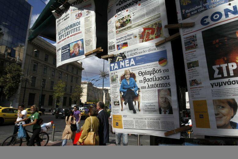Portadas de periódicos en atenas destacan la victoria de angela merkel