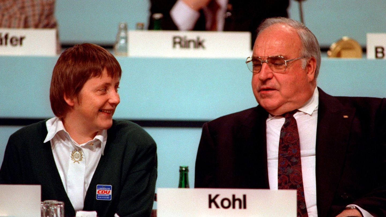 Merkel, en 1991, junto a Helmut Kohl. (EFE)