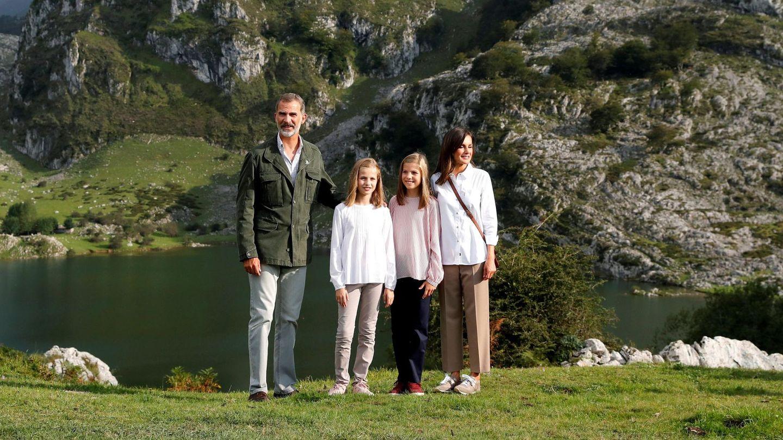 Los Reyes y sus hijas en una visita a Covadonga. (EFE)