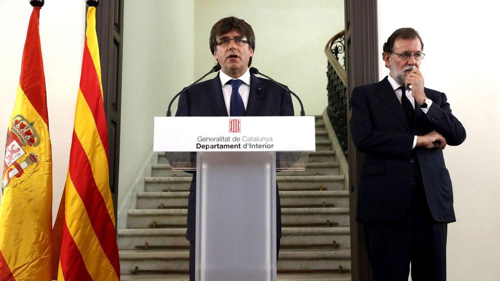 Foto: El presidente de la Generalitat de Cataluña, Carles Puigdemont, y el presidente del Gobierno, Mariano Rajoy, durante la declaración institucional tras la reunión del gabinete de crisis. (EFE)