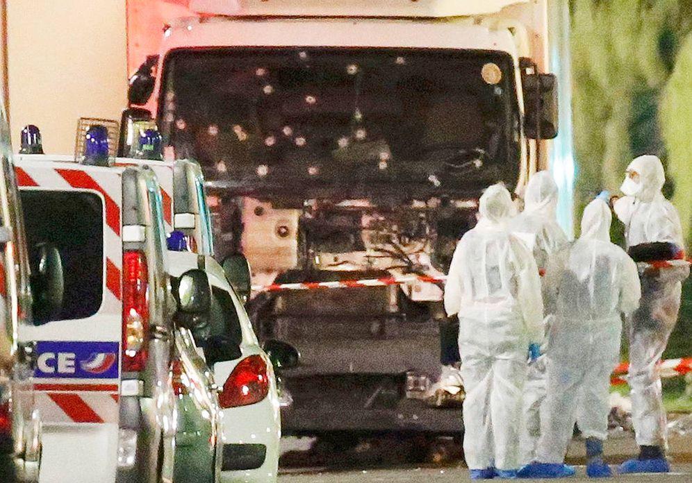 Foto:  Imagen del camión con el que se perpetró el atentado en Niza. (Reuters)