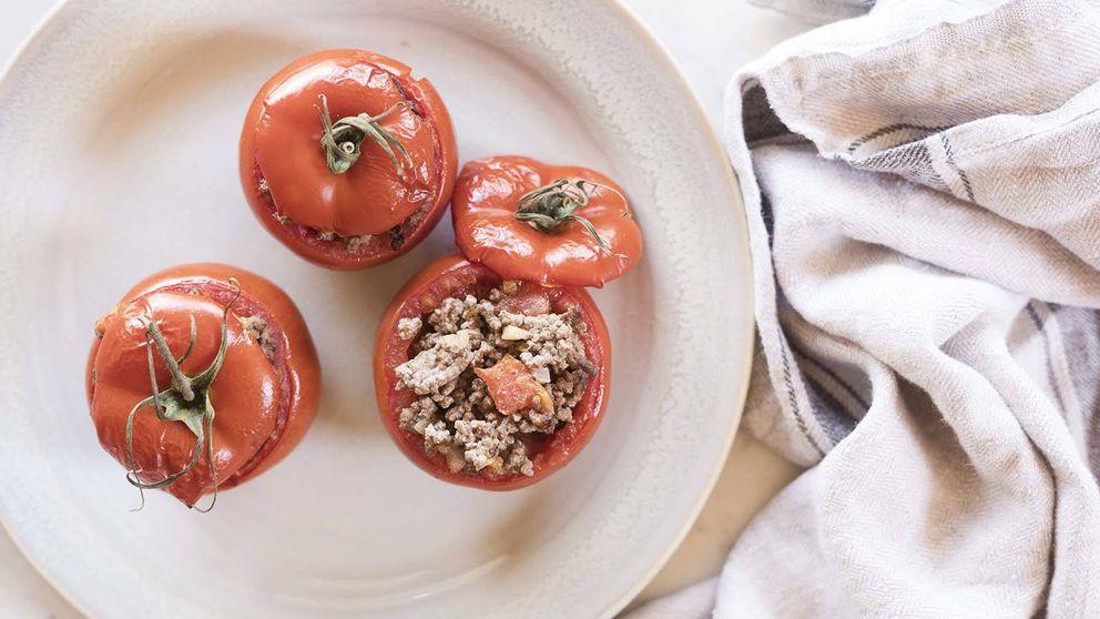 Receta de tomates asados rellenos de carne, una cesta vegetal y aromática