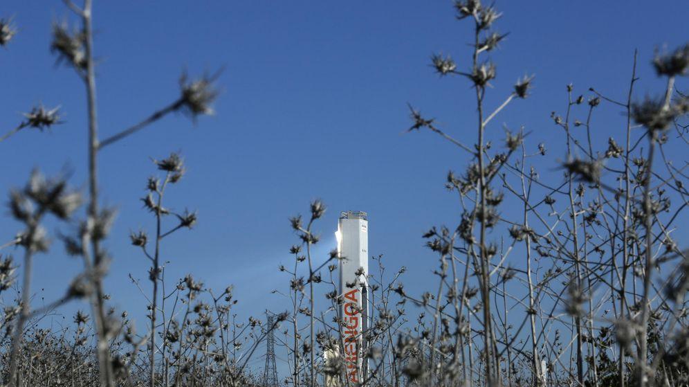 Foto: Una torre de Abengoa retratada desde el suelo con malas hierbas donde ha sido instalada. (Reuters)