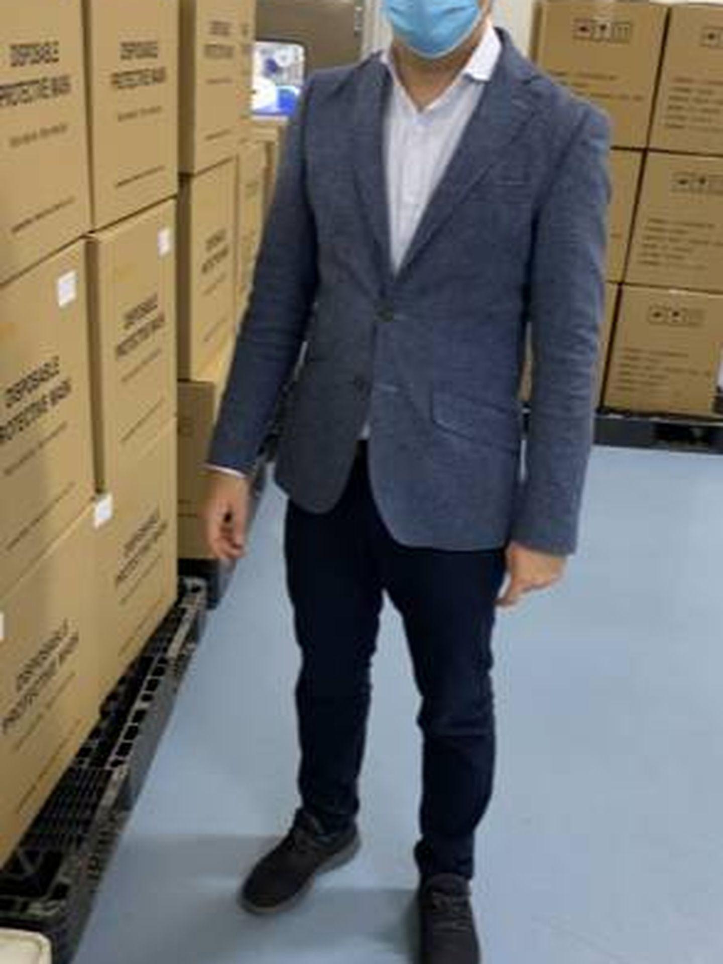 Pablo León, en su visita a una fábrica de mascarillas.