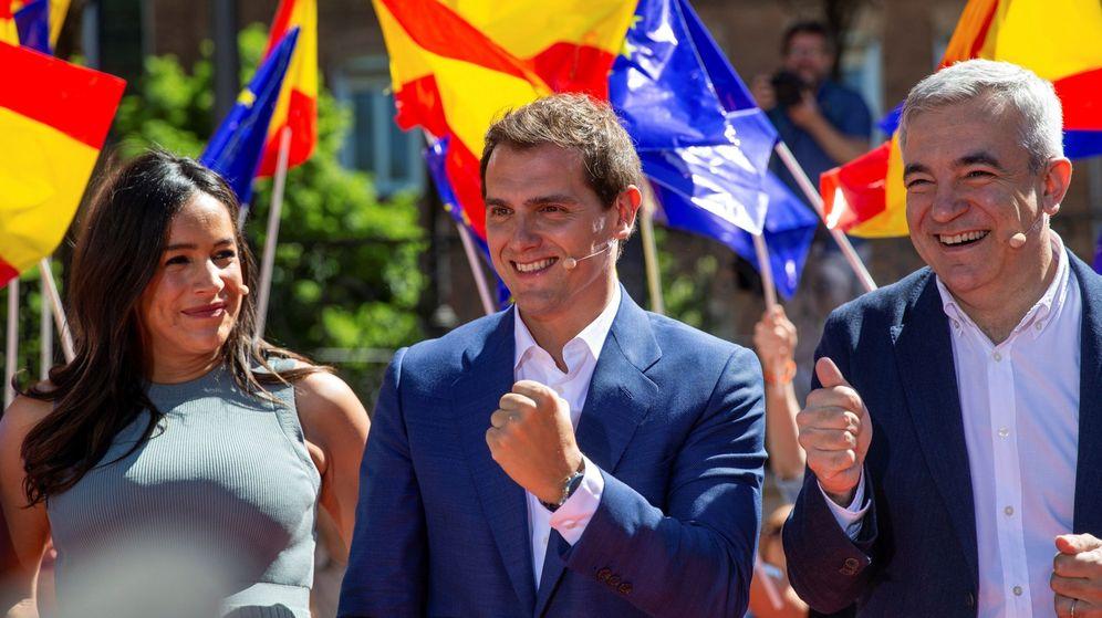 Foto: El presidente de Ciudadanos, Albert Rivera (c), interviene junto a los candidatos al Parlamento Europeo, Luis Garicano (d), y a la alcaldía de la capital, Begoña Villacís (i). (EFE)