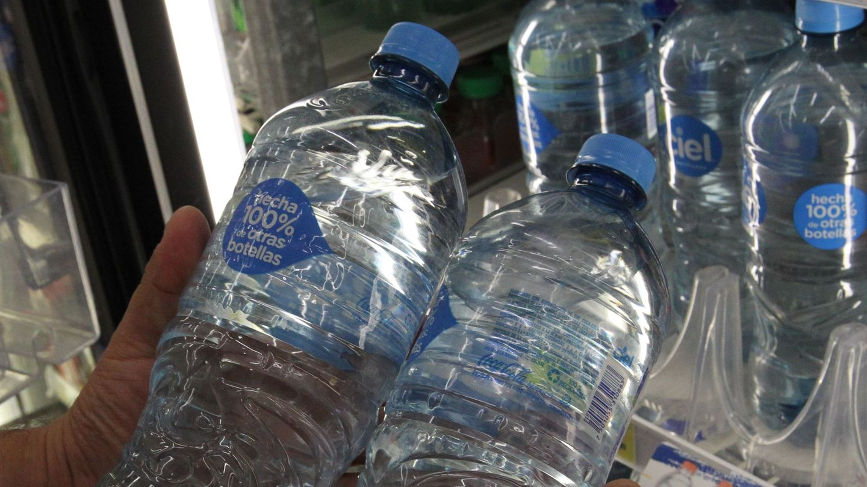 Botellas elaboradas con plástico reciclado. (EFE)