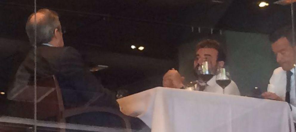 Foto: Florentino Pérez (izq. y de espaldas), José Ángel Sánchez (centro) y Jorge Mendes (der.) comiendo este mediodía en el Bernabéu (El Confidencial).