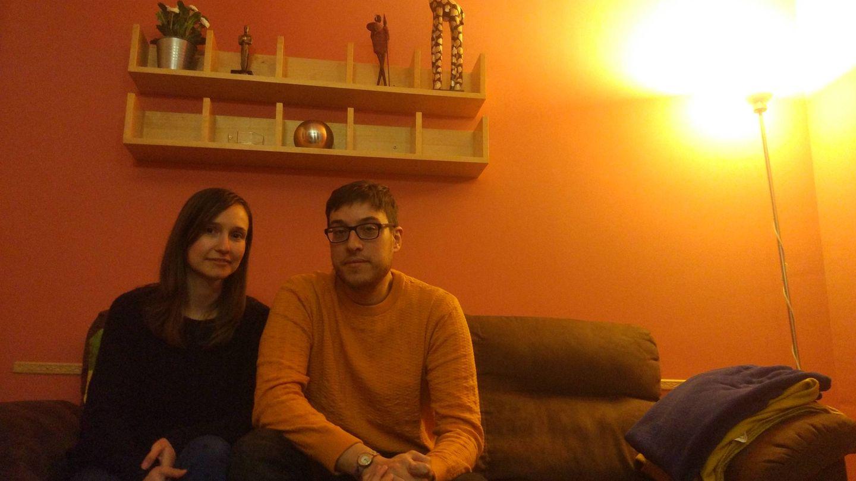 El matrimonio recién llegado a su nuevo piso de Madrid. (C.S)