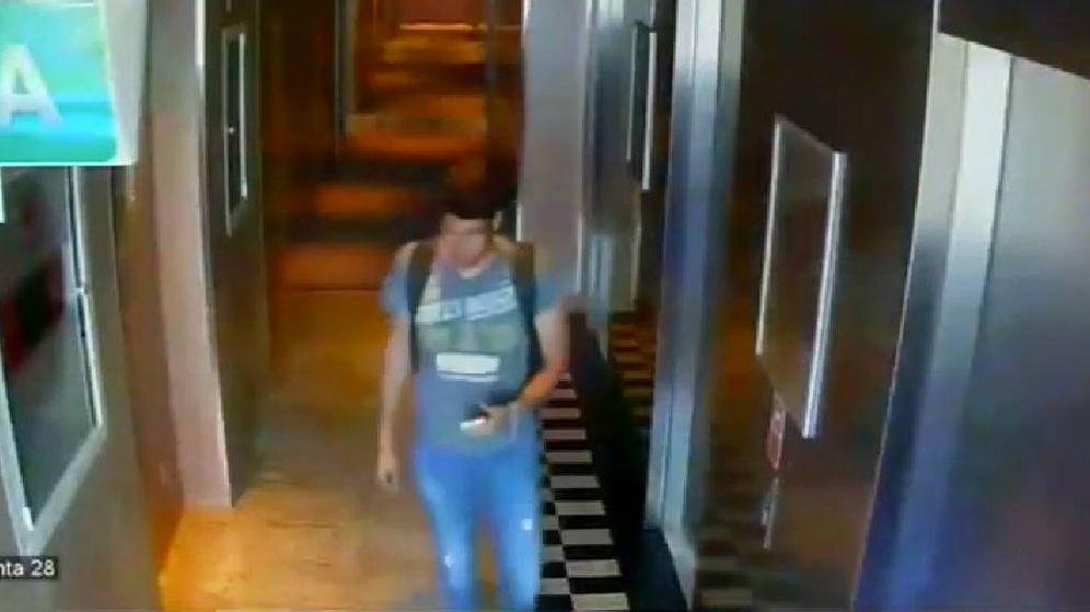 Foto: El ladrón que entró en la habitación de Daddy Yankee, con la mochila cargada con el botín (Foto: YouTube)