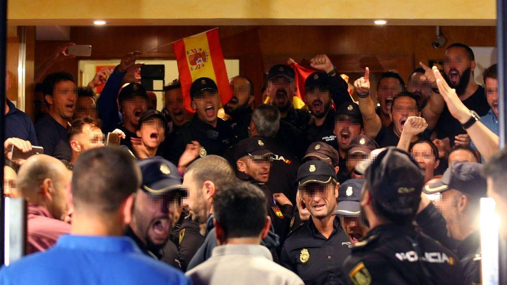 Foto: Los Policías de Pineda, protestando tras saber que eran expulsados de los hoteles. (EFE)