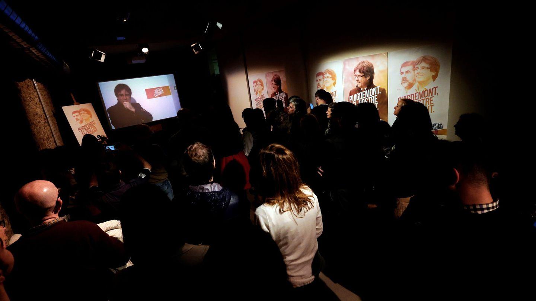 Carles Puigdemont conversa por videoconferencia con candidatos y simpatizantes. (EFE)