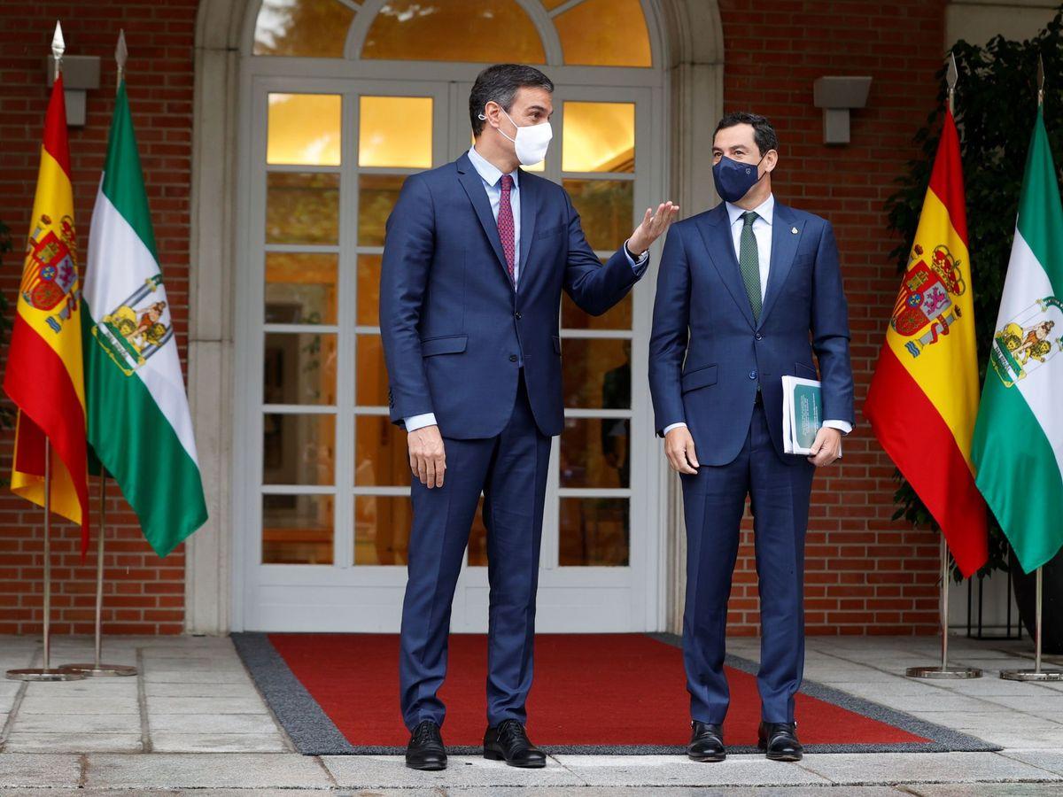 Foto: El presidente del Gobierno, Pedro Sánchez, recibe al presidente andaluz, Juanma Moreno, en la Moncloa. (EFE)
