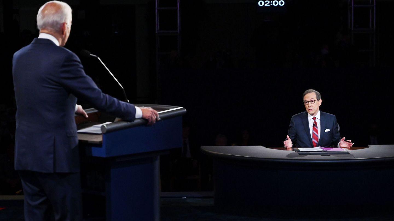Biden, de espaldas, frente al moderador Chris Wallace. (Reuters)