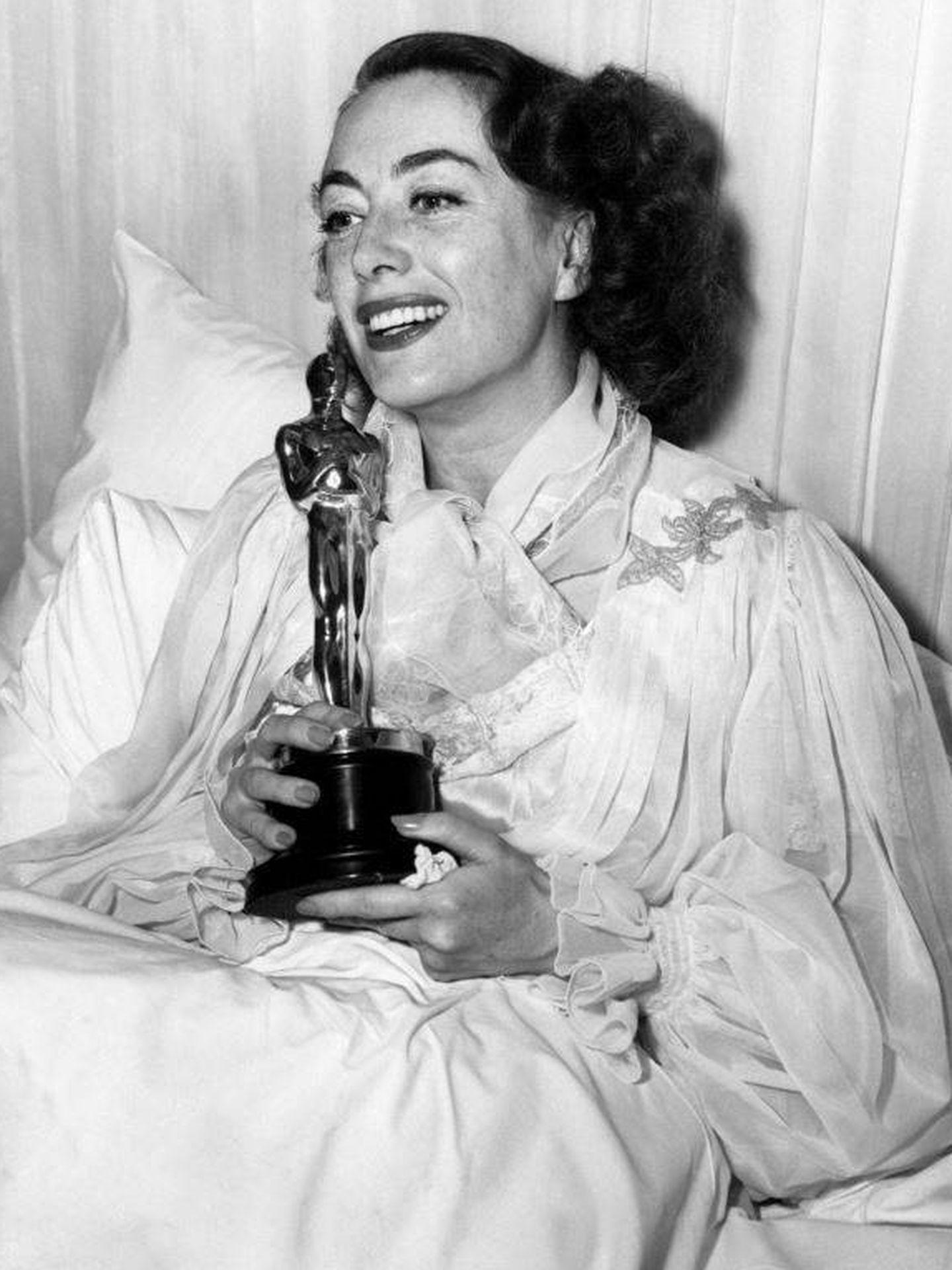 Joan Crawford recibe el Oscar en su cama. (CP)