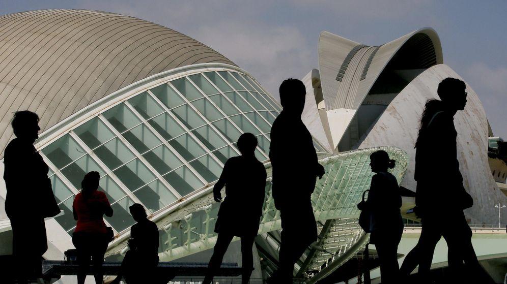 Foto: Un grupo de turistas recorre la Ciudad de las Artes y las Ciencias de Valencia. (EFE)