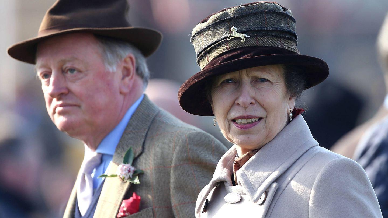 La princesa Ana con Andrew Parker Bowles en la carrera de Cheltenheam. (Getty)