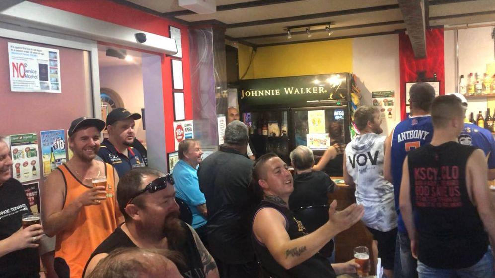 Foto: Los parroquianos de siempre se han unido a los clientes llamados por la promoción de la cerveza gratis (Foto: Twitter)