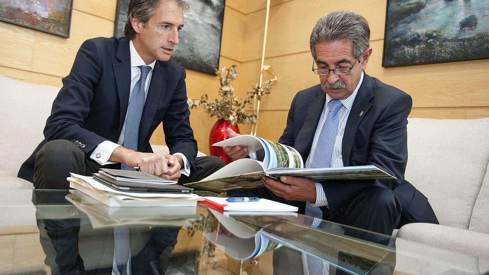 Foto: reunión entre De la Serna y Revilla el año pasado. EFE